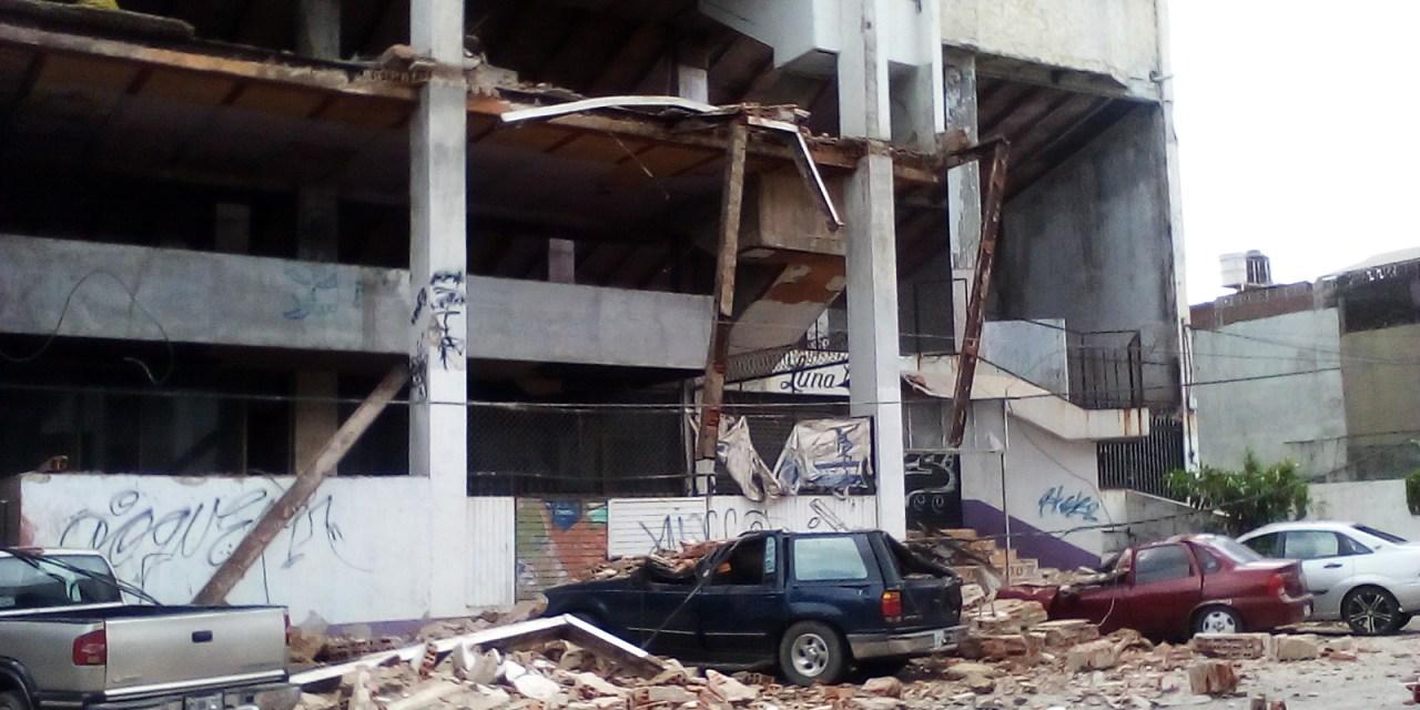 Se colapsa el antiguo edificio del Cinema Aconcagua afecta a cuatro vehículos en LC