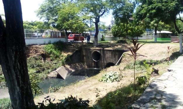 Comenzó el entubado del canal de desagüe pluvial del Parque Profesor Jesús Romero Flores