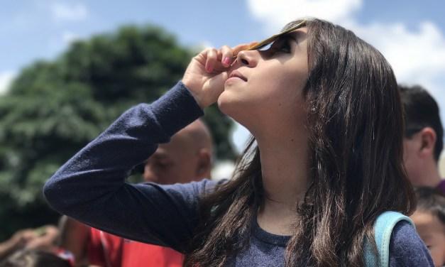 Cientos de personas observaron el eclipse en el Planetario