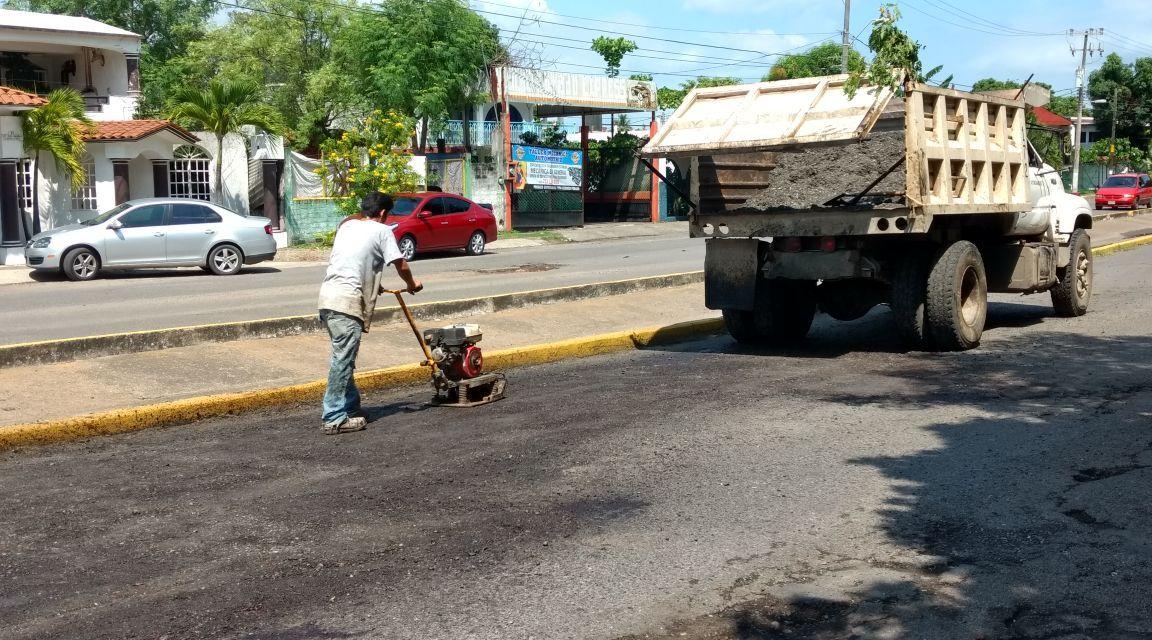 Continúan bacheo, ahora en avenida Rio Balsas
