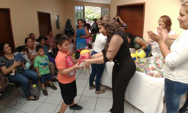 Pacientes del CRI reciben regalos