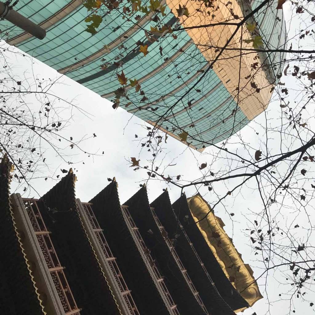 Shanghai-Contrast-Tempel-en-wolkenkrabber