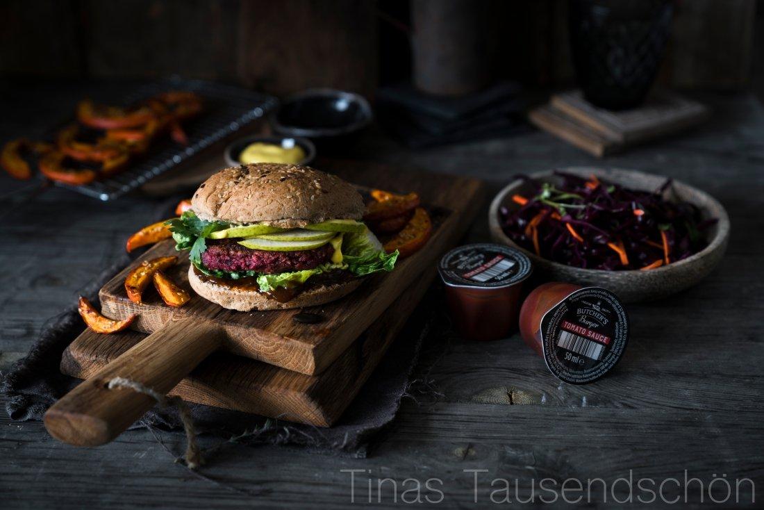 Rote Beete Burger mit Kürbis Fries und Rotkohl Slaw