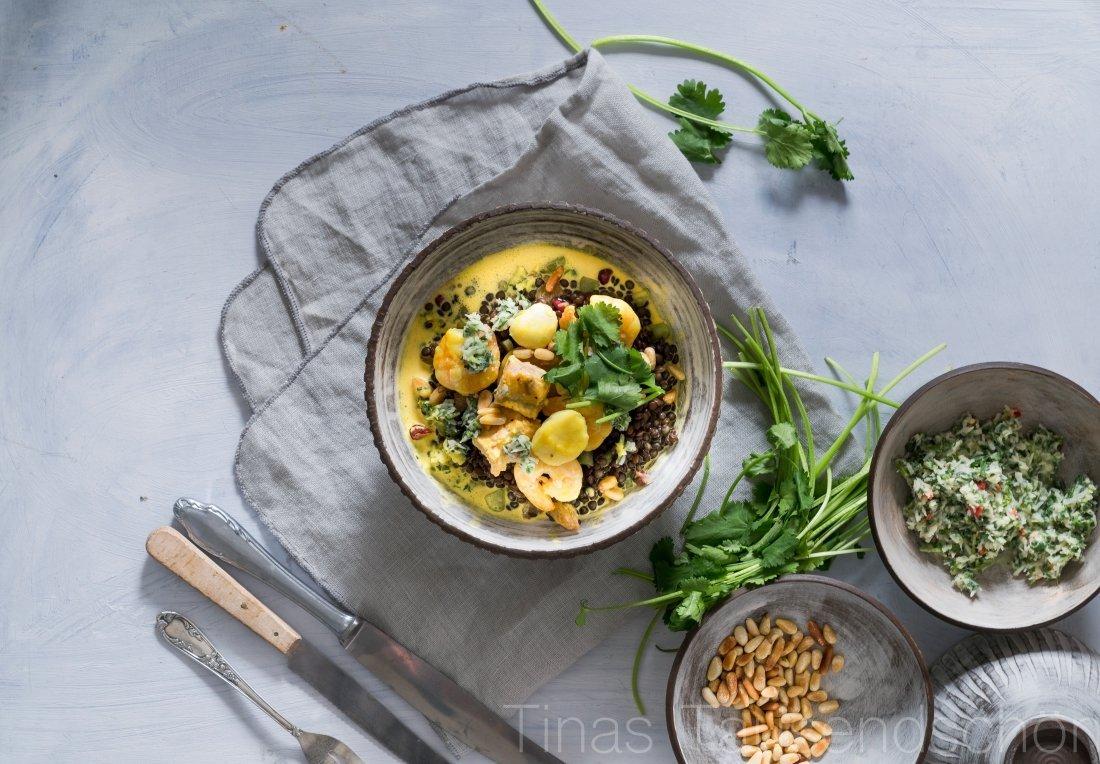 Linsen Salat mit Orangen Safran Meeresfrüchten und Koriander Salsa