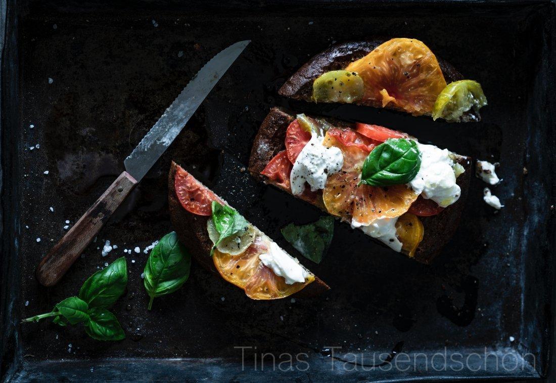 Vinschgauer Fladen mit Heirloom Tomaten, Basilikum und Burrata