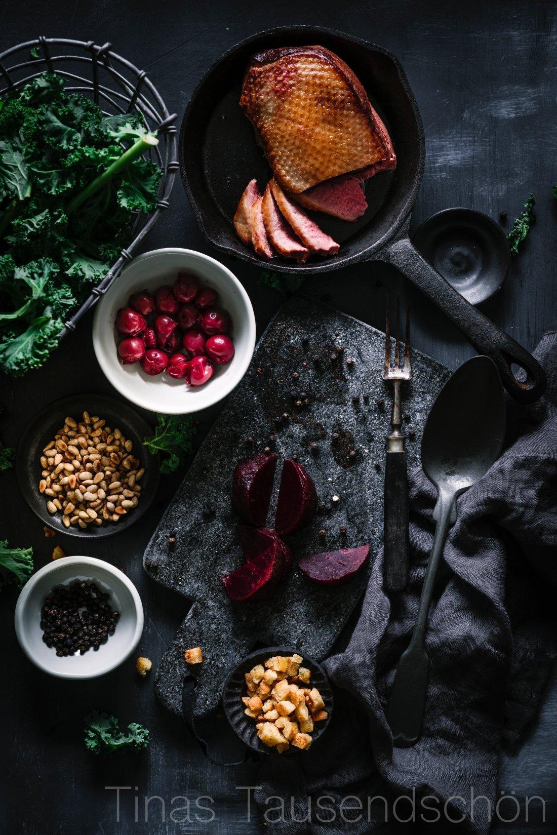 Grünkohlsalat mit Roter Bete, Möhren Pinienkernen rosa Entenbrust Vanille-Kirsch Dressing