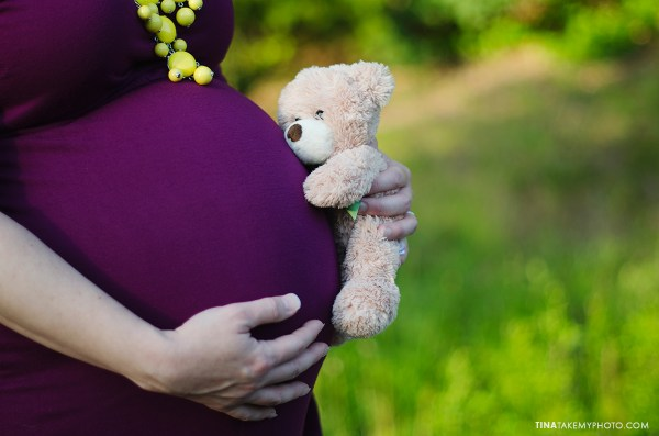 sunny-sweet-outdoor-country-maternity-photography-teddy-bear-virginia (12)