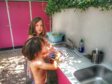 kids do the washing up