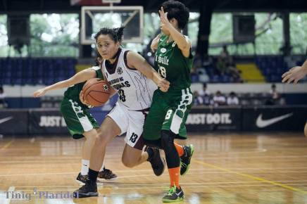 OUTNUMBERED. Lady Maroon Maria Antonia Wong struggles to get through the Lady Archers's two-player defense. Photo courtesy: Patricia Nabong, TNP Resident Photographer