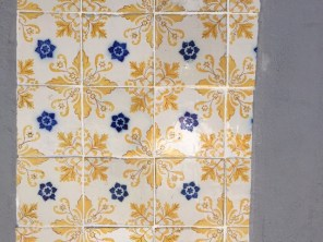 Azulejos mit Blumenmuster in Porto