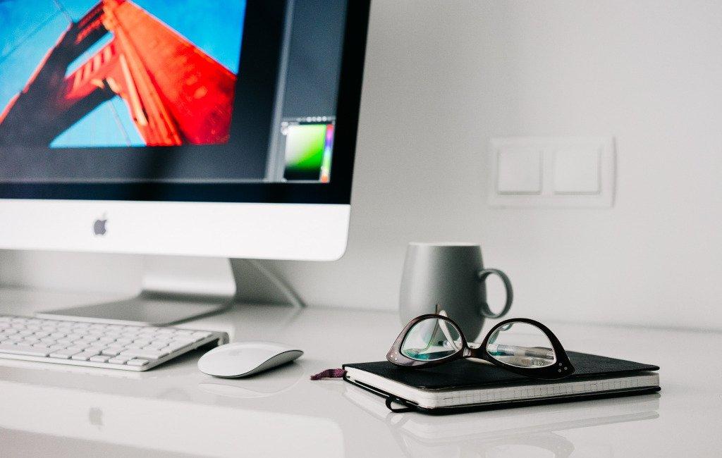 Escritorio con una libreta y un ordenador
