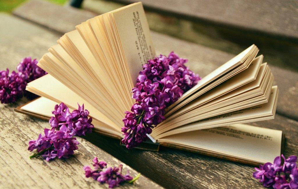 Libro rodeado de flores