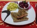 Tuniak obalený v sézame a zelenom čaji, maslové zemiaky s čerstvou pažítkou a šalát z červenej kapusty