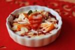 Kokosový jogurt s ovocím, lupienkami mandlí a datľovým sirupom