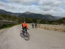 ich als Teletubby (mit GoPro auf dem Helm) in schöner Landschaft Mallorcas