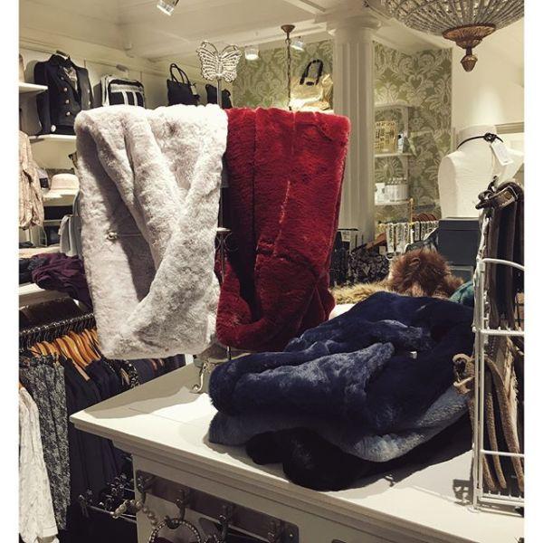 Nya gosiga kragar & halsdukar från Paris i många olika färger finns i butik nu #scarves #tintinofashion #cozy #colors #ilovefashion #fashionlover #fallfashion