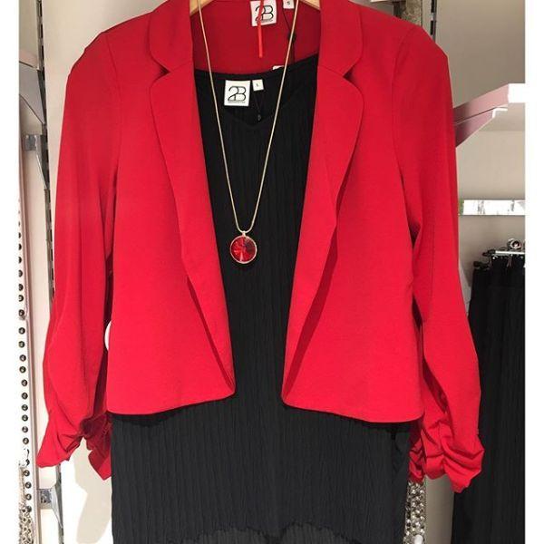 Plisserat linne och kavaj från @2biz #2biz #christmasfashion #top #jacket #necklace #ioaku #fashionjewellery #gothenburg #fashionista #fashionstore #fashionlover #fashioninspo #fashionaddict #inspofashion #red
