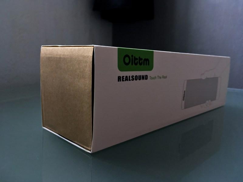Retirez le fond vert du logo et la main sur l'enceinte, et on croirait presque un emballage fait par une certaine marque à la pomme