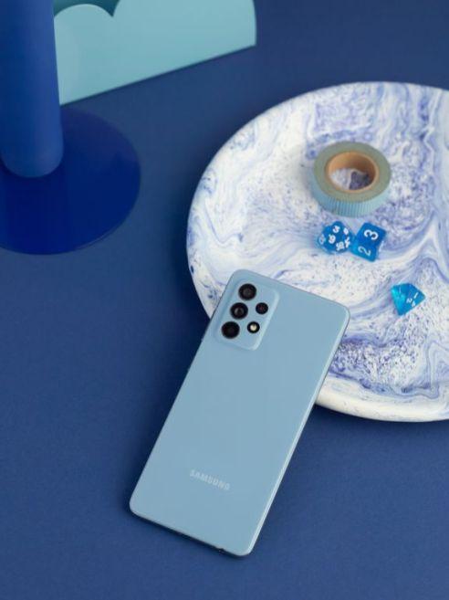 Galaxy_A52_lifestyle_blue