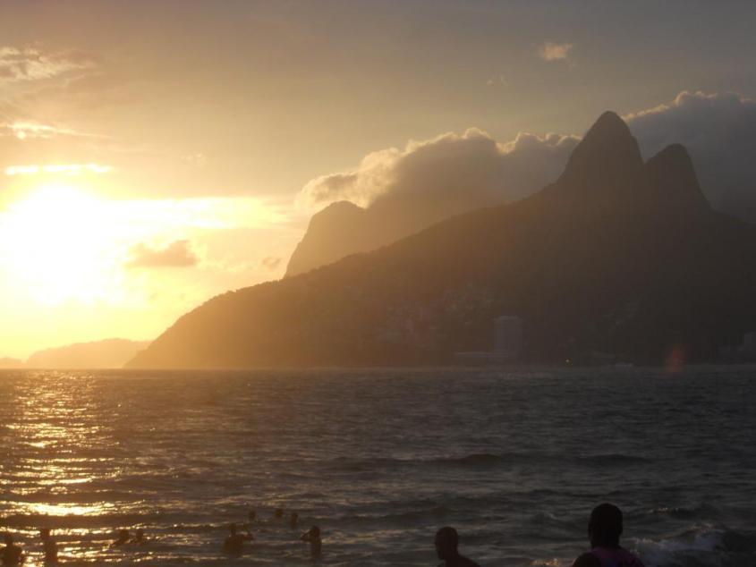 Tramonto alla spiaggia di Ipanema a Rio de Janeiro