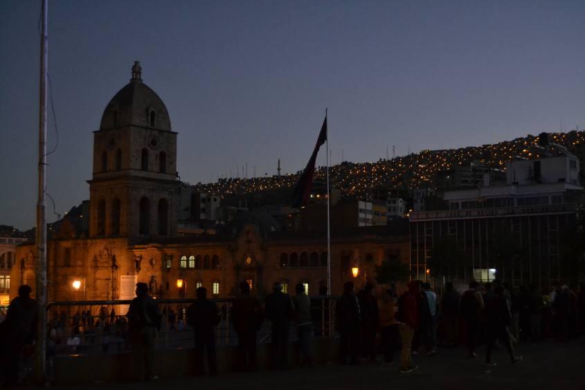 Piazza San Francisco a La Paz illuminata al tramonto in Bolivia