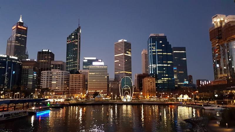 Skyline di notte di Perth dal ponte di Elizabeth Quay