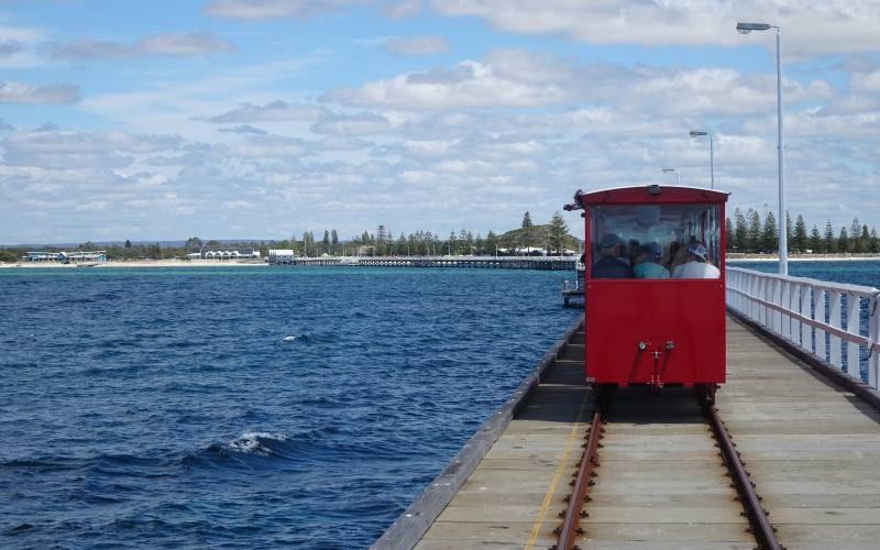 Trenino rosso sui binari del pontile Busselton Jetty in Western Australia