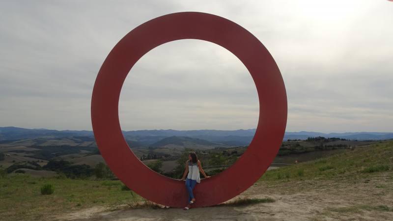 Cerchio di San Martino, installazione di Mauro Staccioli a Volterra, con vista delle campagne toscane
