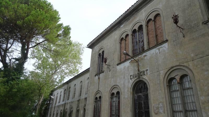 Facciata esterna del Padiglione Charcot nell'ex manicomio di Volterra