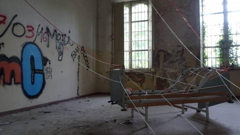 Letto opedaliero in una stanza del Padiglione Charcot nell'ex manicomio di Volterra