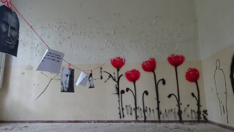 Poesie e foto all'interno del Padiglione Charcot dell'ex manicomio di Volterra
