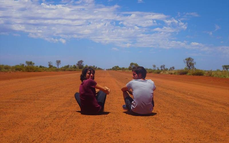 Seduti sulla terra rossa dell'Outback australino nella Great Central Road