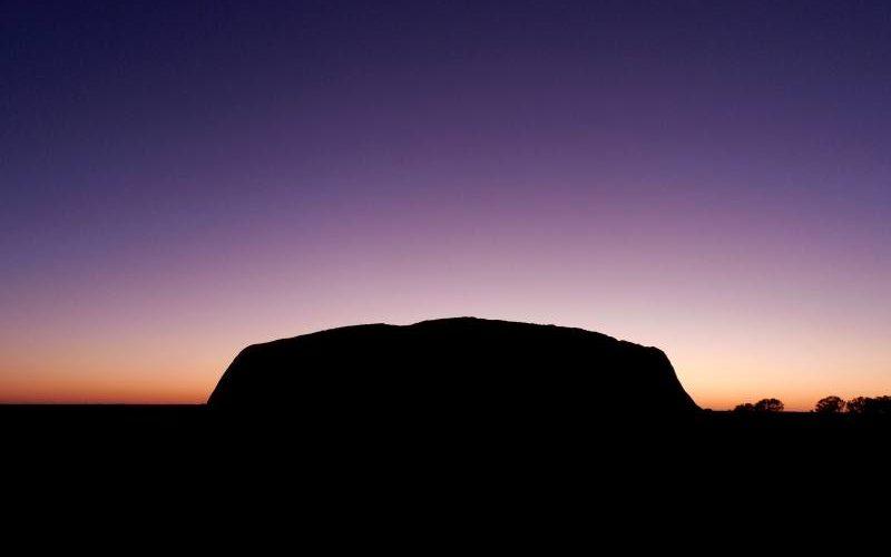 Alba su Uluru nel Parco Nazionale Uluru-Kata Tjuta nello Stato australiano Northern Territory