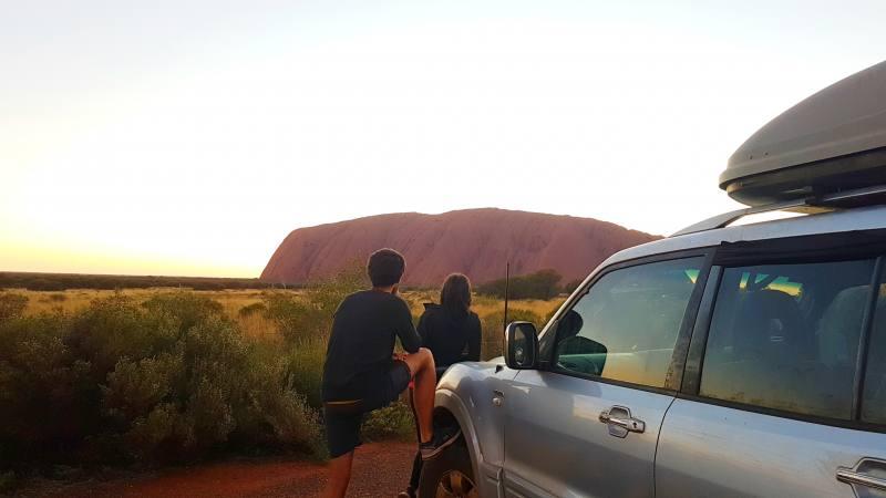 Alba vista dal punto panoramico Car Sunset Viewing nel Parco Nazionale Uluru-Kata Tjuta in Australia