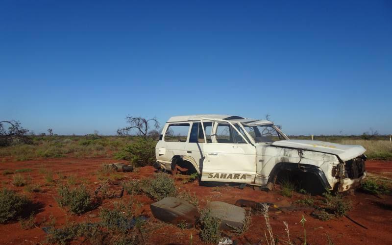 Auto abbandonata fuori strada sulla Great Central Road nel deserto australiano