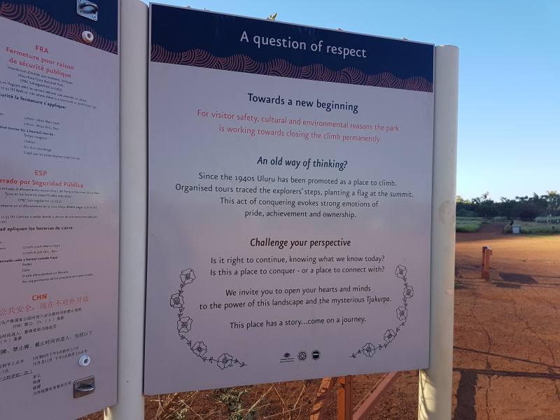 Cartello informativo per desistere dallo scalare Uluru (Ayers Rock) in Australia