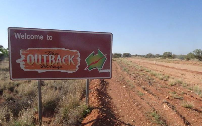 """Welcome to The Outback Way"" nel deserto australiano lungo la Great Central Road"