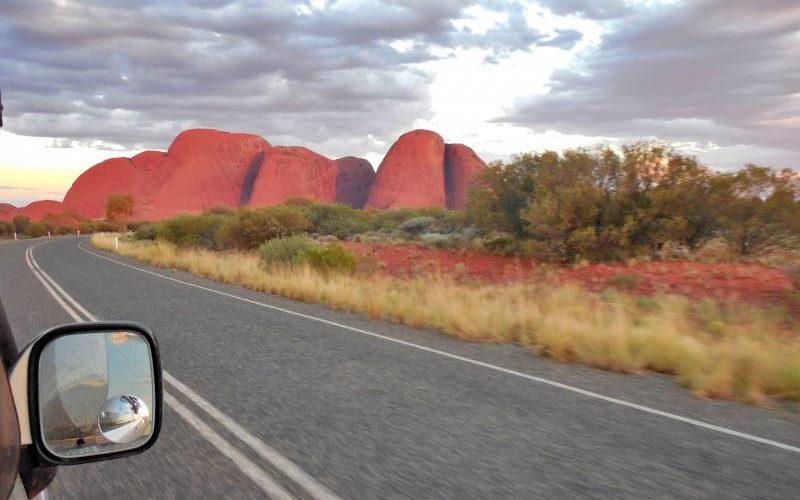 Avvistamento da lontano in auto di Kata-Tjuta in Australia
