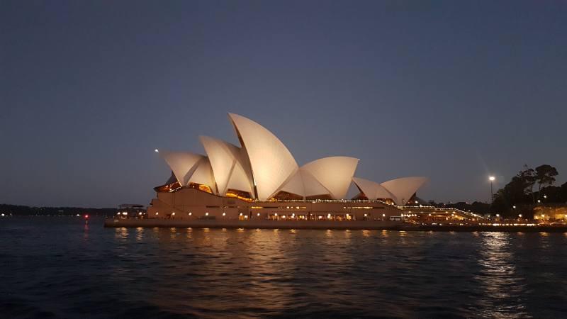 L'Opera House di Sydney vista di lato dal traghetto al tramonto