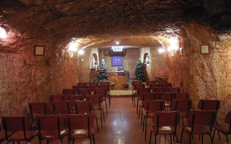 Chiesa cattolica scavata nella roccia a Coober Pedy, la città sotterranea australiana