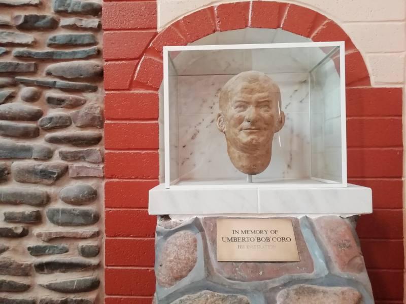 """Omaggio a Umberto """"Bob"""" Coro, italiano e primo proprietario del Desert Cave Hotel di Coober Pedy"""