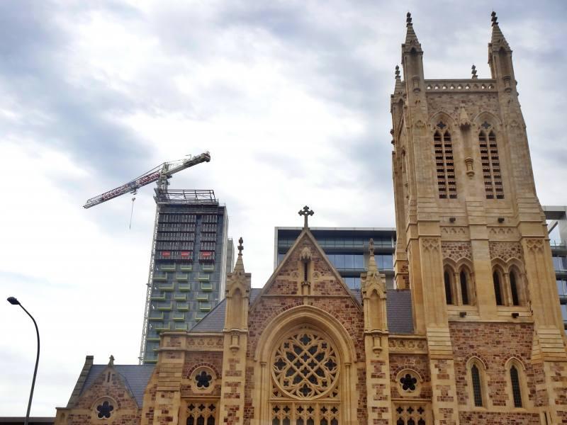 Chiesa storica con dietro un moderno grattacielo nel centro di Adelaide in South Australia