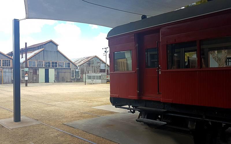 Vagone del treno usato come bar e ex-fabbrica ferroviaria all'esterno del museo di Launceston