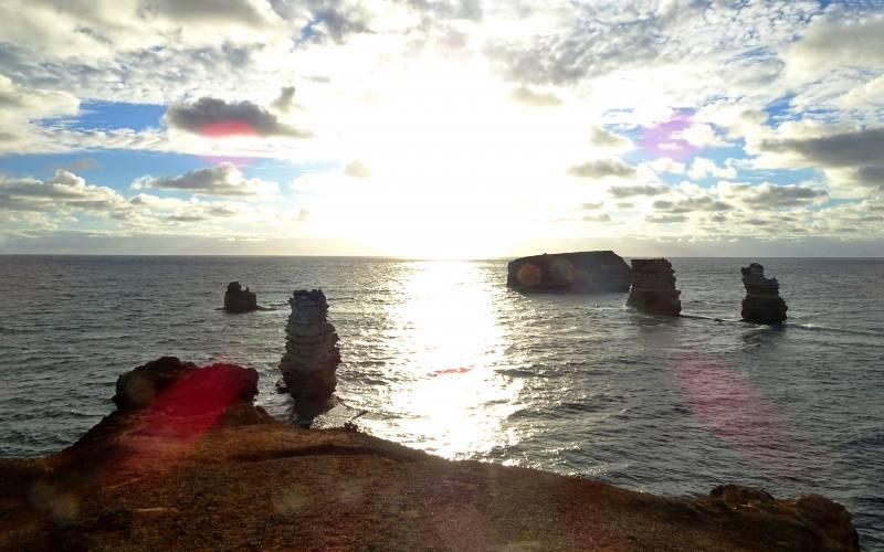 Punto panoramico davanti alle isole di roccia di Bay of Islands durante la Great Ocean Road