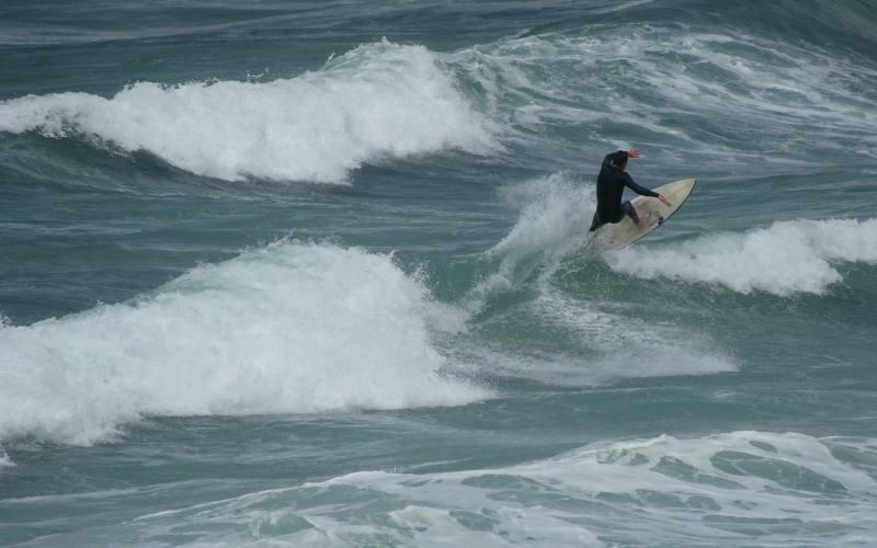 Surfista su di un'onda di Boat Harbour Beach nel Nord della Tasmania