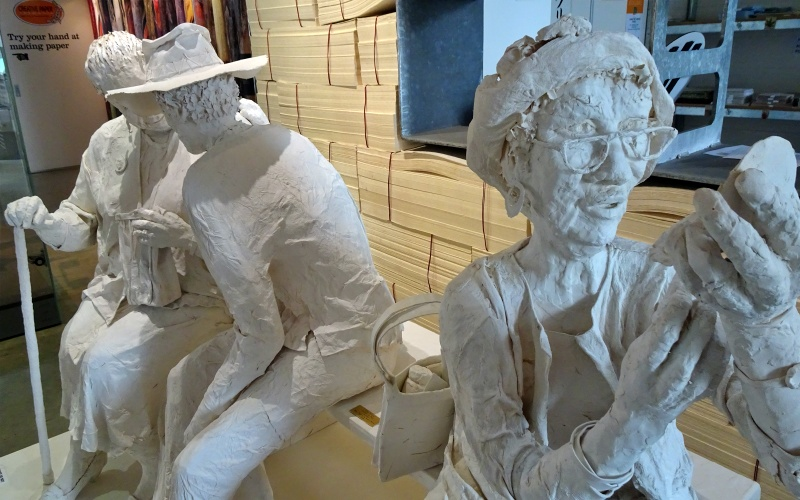 "Statue di cartapesta all'interno del ""The Maker's Workshop"" di Burnie"