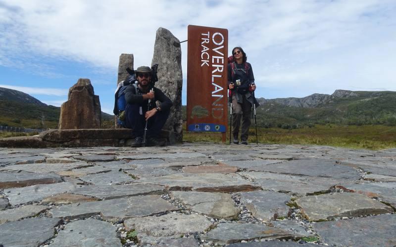 """Cartello di inizio del percorso di trekking """"Overland Track"""" da Cradle Mountain in Tasmania"""