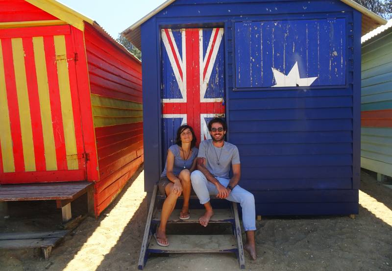 Foto ricordo davanti la casetta colorata australiana di Brighton Beach a Melbourne
