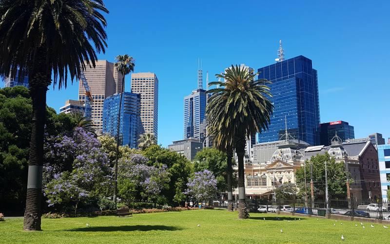 Giardini con verde e grattacieli nel centro città di Melbourne in Australia