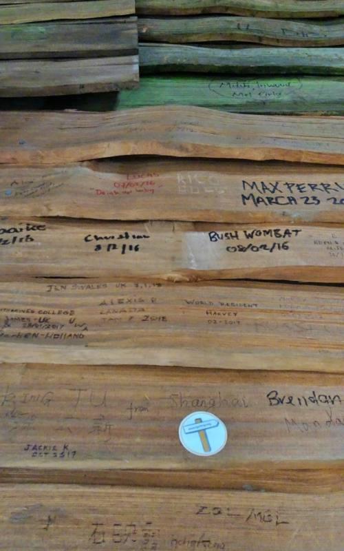 """Adesivo di Tips4tripS all'interno del rifugio d'emergenza """"Kitchen Hut"""" lungo il percorso che porta alla base di Cradle Mountain in Tasmania"""